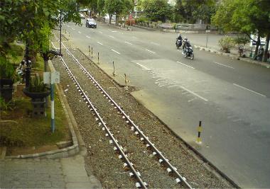 Rel KA Sejajar Jalan Utama Kota Solo