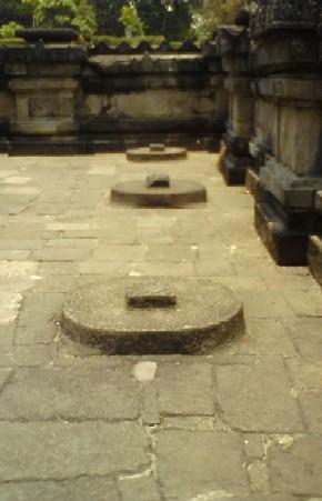 Lempeng batu di selasar candi sebelah barat