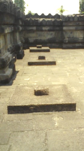 Lempengan batu berbentuk kotak di selasar timur candi